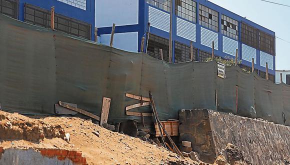 Sin cerco. Solo una malla ha sido colocada en colegio de San Juan de Miraflores, tras colapso de muro. (CésarCampos/Perú21)