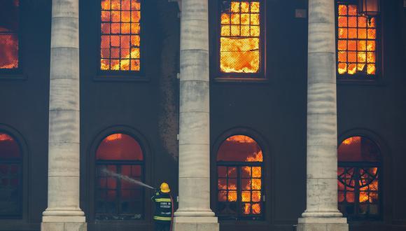 Un bombero lucha contra incendio que destruyó la Biblioteca Jagger, de casi 200 años, en el campus de la Universidad de Ciudad del Cabo (UCT) en Ciudad del Cabo, Sudáfrica (Foto: EFE/EPA/NIC BOTHMA)