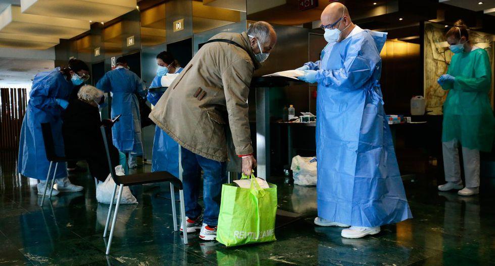 Dentro del hotel, los contactos son mínimos. Hay un ascensor para personal y otro para pacientes. En sus lujosos pasillos, con olor a hospital, reina el silencio. (PAU BARRENA / AFP).