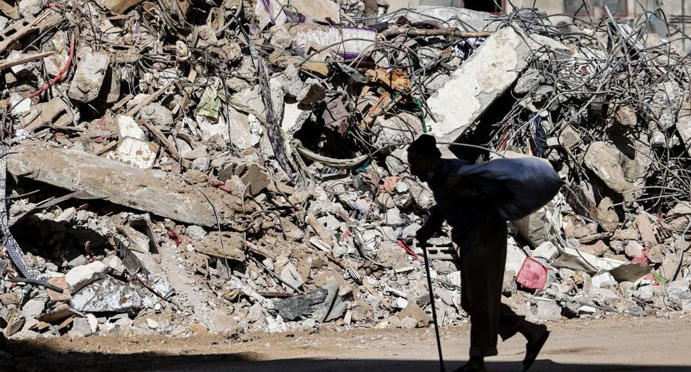 Un anciano palestino pasa frente a un edificio destruido por el bombardeo israelí en la ciudad de Gaza, el 19 de mayo de 2021. (MOHAMMED ABED / AFP).