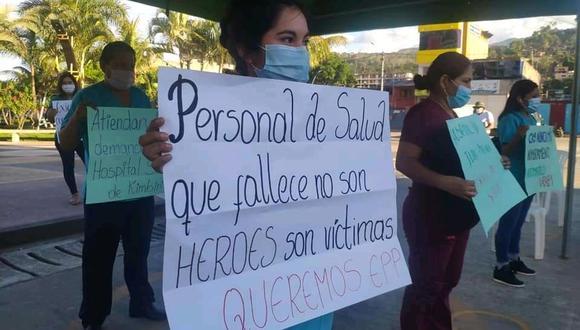 Cusco. Personal de salud del Hospital San Juan, protestó con pancartas en la Plaza de Kimbiri. (GEC)