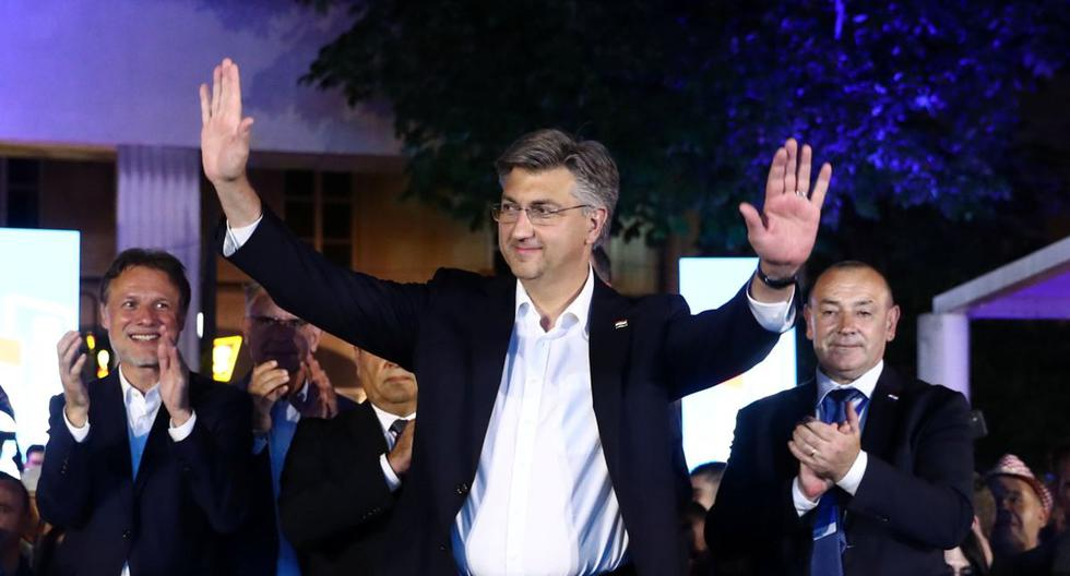Primer ministro croata y líder de la Unión Democrática Croata (HDZ) Andrej Plenkovic gestos después de que se anunciaron los resultados durante las elecciones parlamentarias, en medio de la propagación de la enfermedad por coronavirus. (REUTERS/Marko Djurica).