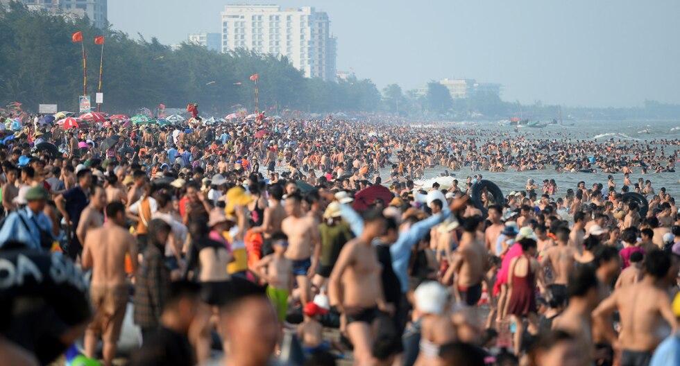 Sam Son ha sido tradicionalmente un destino obligado con su costa de arena blanca y sus aguas azules. Pero ahora sufre los estragos de su popularidad. (Fotos: AFP)