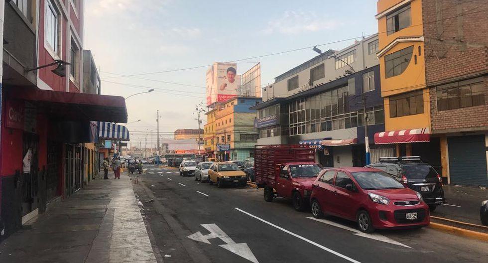 Automóviles mal estacionados permanecen en la vía. (Perú21)