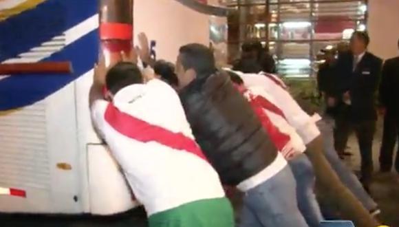 Peruanos en Ecuador apoyaron a su selección empujando el vehículo.