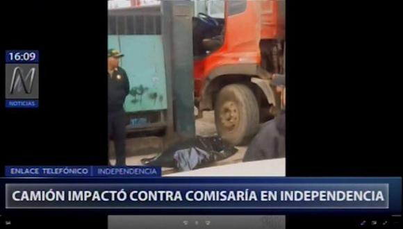Camión protagonizó lamentable accidente en puerta de la dependencia policial. (Captura/Canal N)