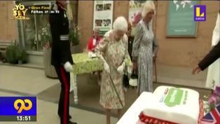 Isabel II del Reino Unido sorprende cortando un pastel con espada