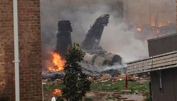 Avión de combate causó gran incendio al estrellarse. (AP)