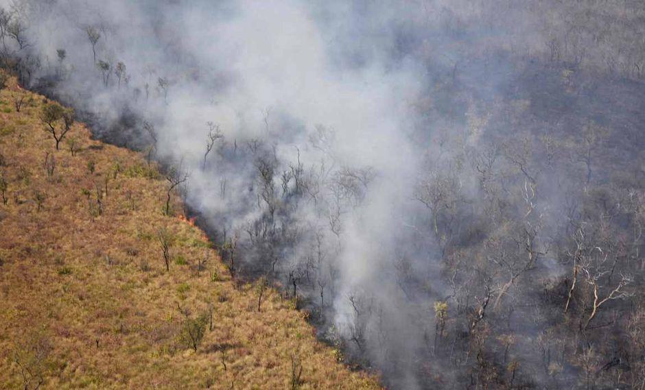 Vista aérea de humo saliendo de un incendio cerca de Charagua en Bolivia, en la frontera con Paraguay, al sur de la cuenca del Amazonas. (AFP)