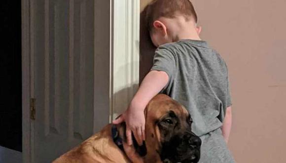 Niño y su perro comparten 'castigo' juntos. La imagen se ha viralizado en Facebook. (Foto: Jillian Marie Smith)