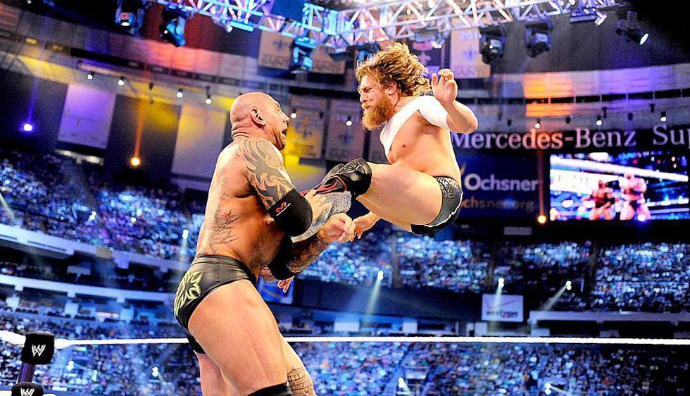 Daniel Bryan alcanzó la gloria en la ´Vitrina de los Inmortales´ tras vencer en una lucha de amenaza triple a Randy Orton y Batista. (Difusión)