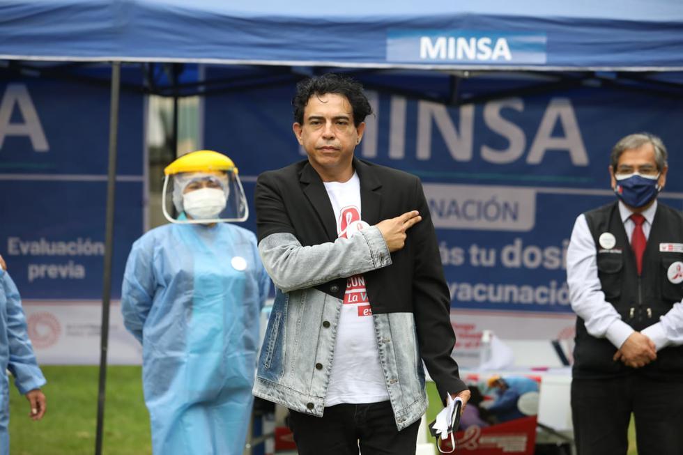 La vacunación contra el coronavirus a 87 mil personas que viven con VIH y a 150 mil pacientes con cáncer a nivel nacional, se inició hoy en Lima y Callao, la misma que continuará en forma progresiva en las otras regiones. El ministro de Salud, Óscar Ugarte, participó del acto simbólico con la inoculación del artista peruano Ernesto Pimentel, quien es paciente de VIH, afirmando que es un paso importante para proteger a este grupo poblacional altamente vulnerable frente al coronavirus. (Fotos Britanie Arroyo / @photo.gec)