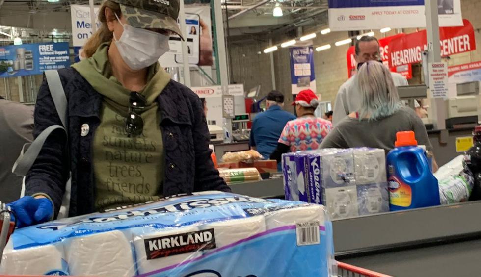 Compradores corriendo, agua mineral racionada y ni un rollo de papel higiénico a la vista: el pánico por el nuevo coronavirus llegó a Los Ángeles y con él, las compras nerviosas. (AFP).