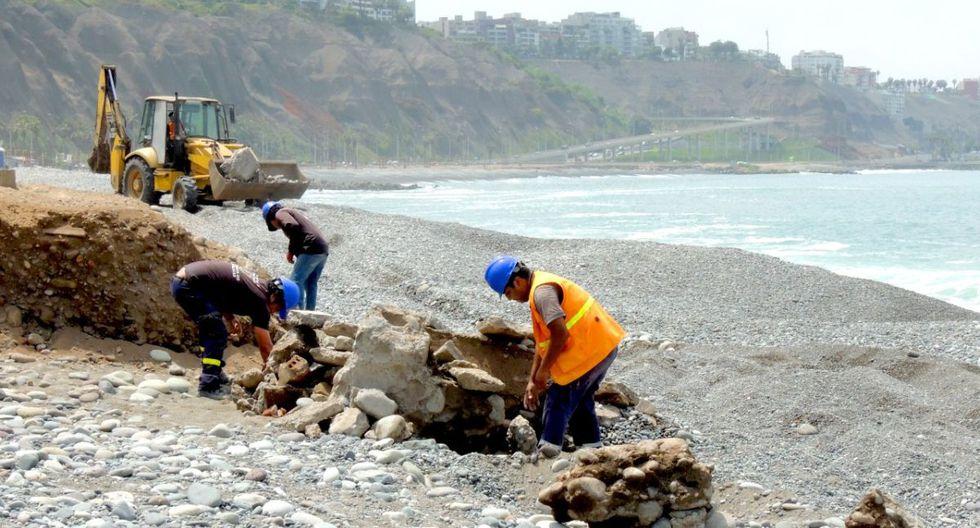 Obreros de Miraflores retiran estructuras y escombros de la playa Redondo. (Difusión)
