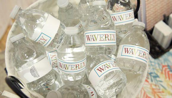 Desde 2014 San Francisco prohíbe vender agua en botellas de plástico en propiedades de la ciudad pero admite excepciones. En la foto, botellas de agua en un recipiente. (Foto: AFP)