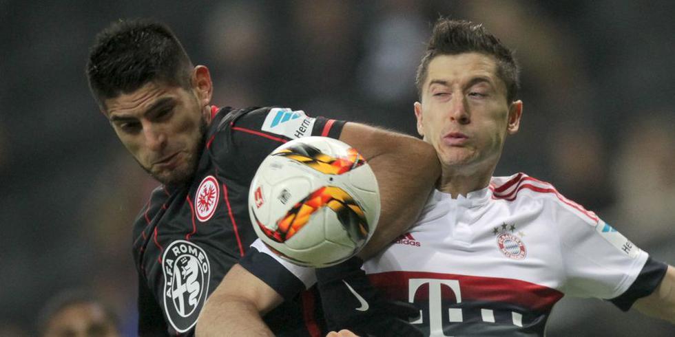 Lewandowski y Zambrano en un partido por la Bundesliga en 2018. (Foto: EFE)