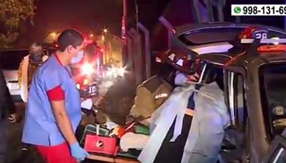 Pasajera de taxi quedó atrapada en la parte posterior del auto por lo que tuvo que ser rescatada por bomberos. (Captura: América Noticias)