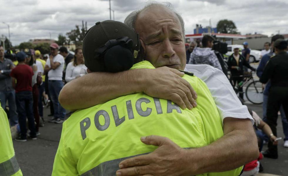 """""""No al terrorismo"""", """"Yo quiero la paz"""" y """"Yo soy policía"""", fueron algunos de los mensajes en las pancartas que los colombianos alzaron por las calles de Bogotá. Como se sabe, el ataque fue atribuido a la guerrilla del ELN. (EFE)"""
