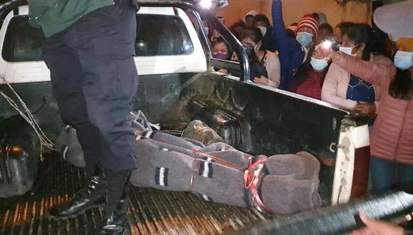 El cadáver fue retirado de la habitación y al salir se evidenció una numerosa cantidad de vecinos consternados (Foto: PNP)