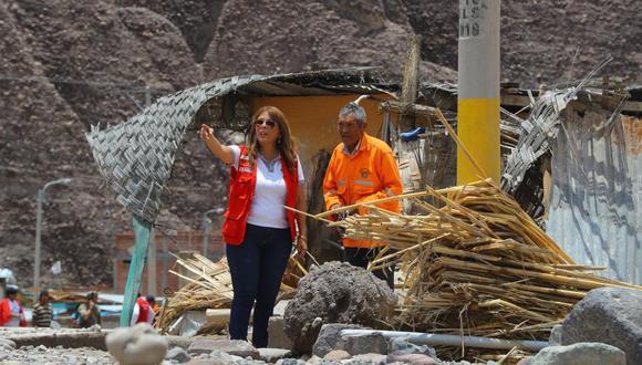 La ministra Liliana La Rosa llegó hasta las zonas afectadas por los huaicos y las intensas lluvias. (Foto: Midis)