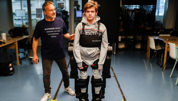 Un padre construye un robot a modo de exoesqueleto para que su hijo pueda caminar (Foto: Reuters)