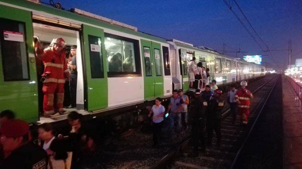 Pasajeros tuvieron que ser auxiliados por los Bomberos para salir del vagón del Metro de Lima.