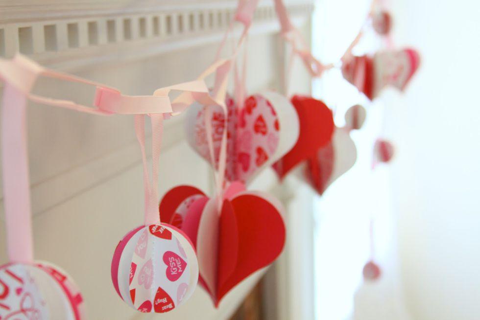 Tú mismo puedes crear una guirnalda colgante usando tijeras y cartulina, esto decorará de una manera especial tu sala. (Foto: Difusión Claudia Tassara)