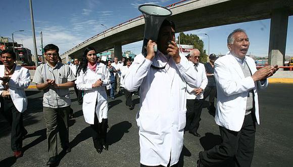 Médicos cumplen 102 días en huelga indefinida. (Heiner Aparicio)
