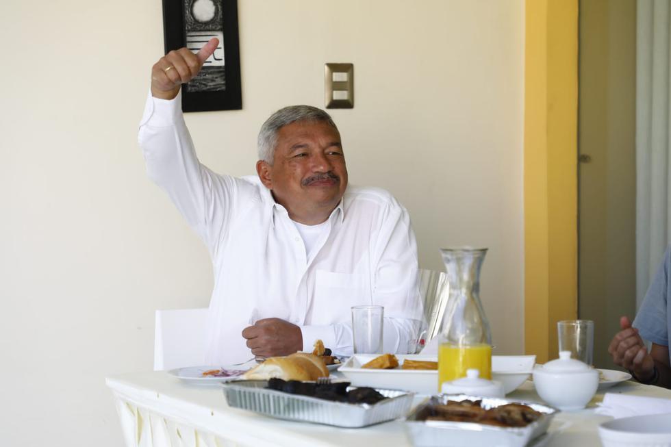 ALberto Beingolea disfrutó de un tradicional desayuno limeño con chicharrón y sangrecita. (Fotos: Eduardo Cavero / @photo.gec)