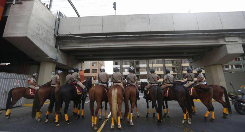 La Policía Montada llegó al lugar para garantizar la seguridad. (Renzo Salazar)