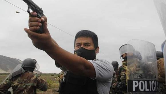 Fotógrafo que tomó la instantánea de policía apuntando a manifestantes indica que disparó de manera frontal (Foto: Iván Orbegoso / La Industria)