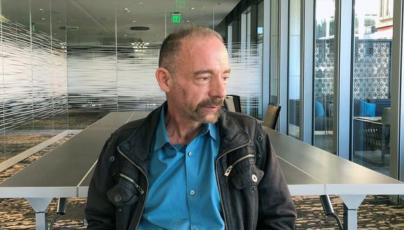 En esta fotografía de archivo del lunes 4 de marzo de 2019, Timothy Ray Brown posa para un retrato en Seattle. Brown, un estadounidense que durante años fue conocido como el paciente de Berlín, recibió un trasplante en Alemania de un donante con resistencia natural al virus del sida. (AP/Manuel Valdes).