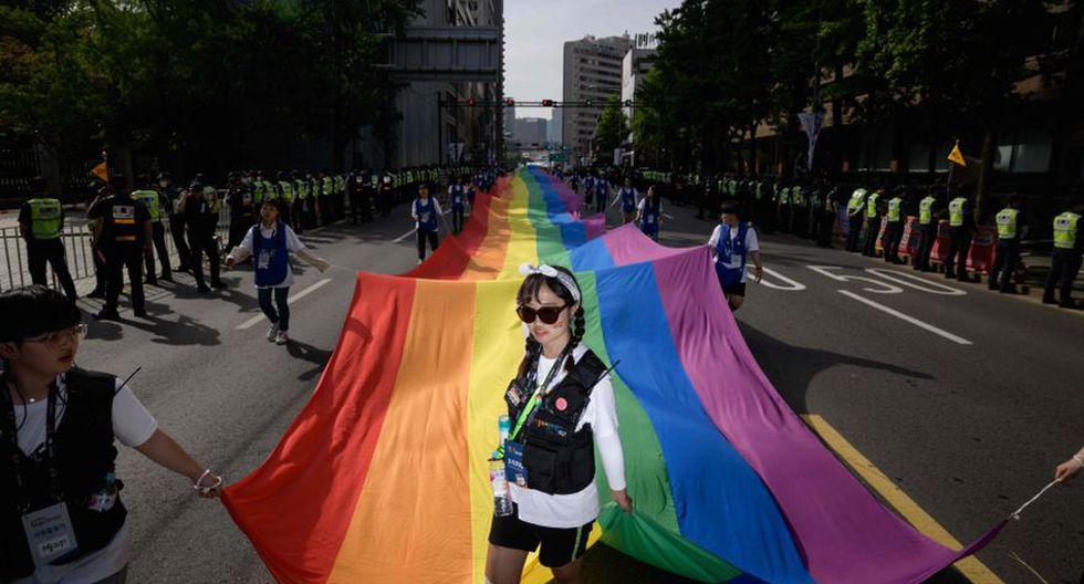 Unas 70.000 personas se dieron cita en el centro de Seúl para celebrar la 20 edición del desfile del Orgullo LGTB, que tuvo participación récord y muy presente el precedente de Taiwán. (Foto: AFP)