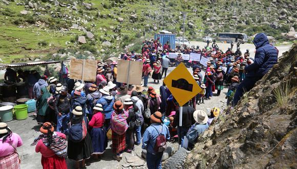 Comuneros bloquearon la vía en forma de protesta por la actividad de la mina. (Foto: GEC)
