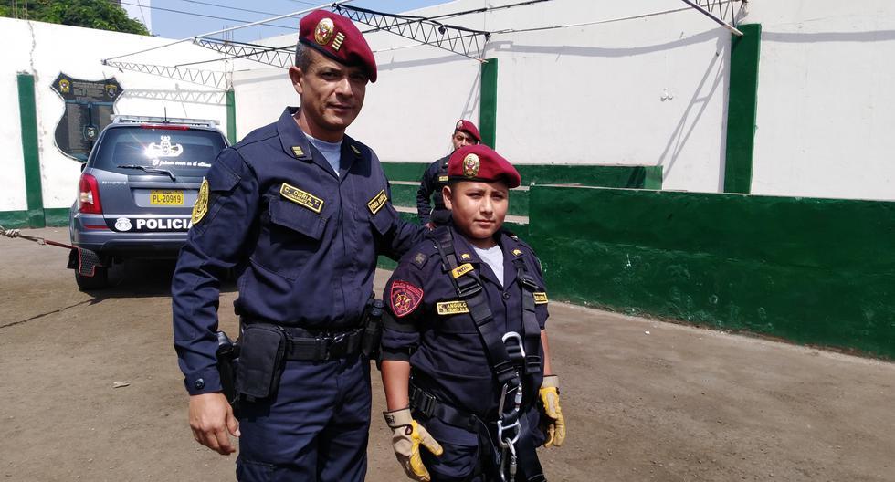 Niño que estudiaba bajo poste de luz se convirtió en policía por un día (Luis Puell /Andina)