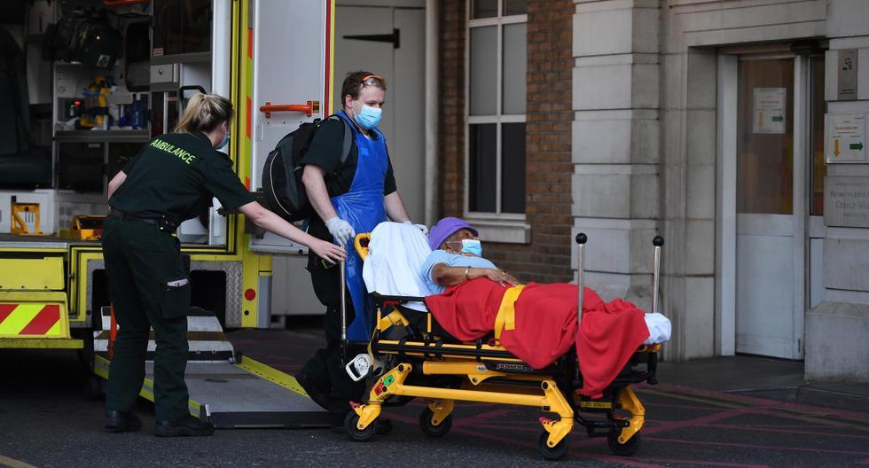 Imagen referencial. El personal de ambulancia lleva a un paciente al hospital Kings College en Londres, el 14 de mayo de 2020. (EFE/EPA/ANDY RAIN).