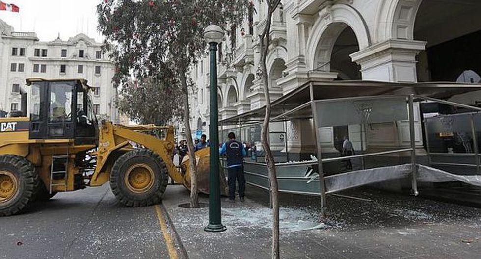 Municipalidad de Lima demolió construcciones de bares en plaza San Martín. (Nancy Chappell / El Comercio)