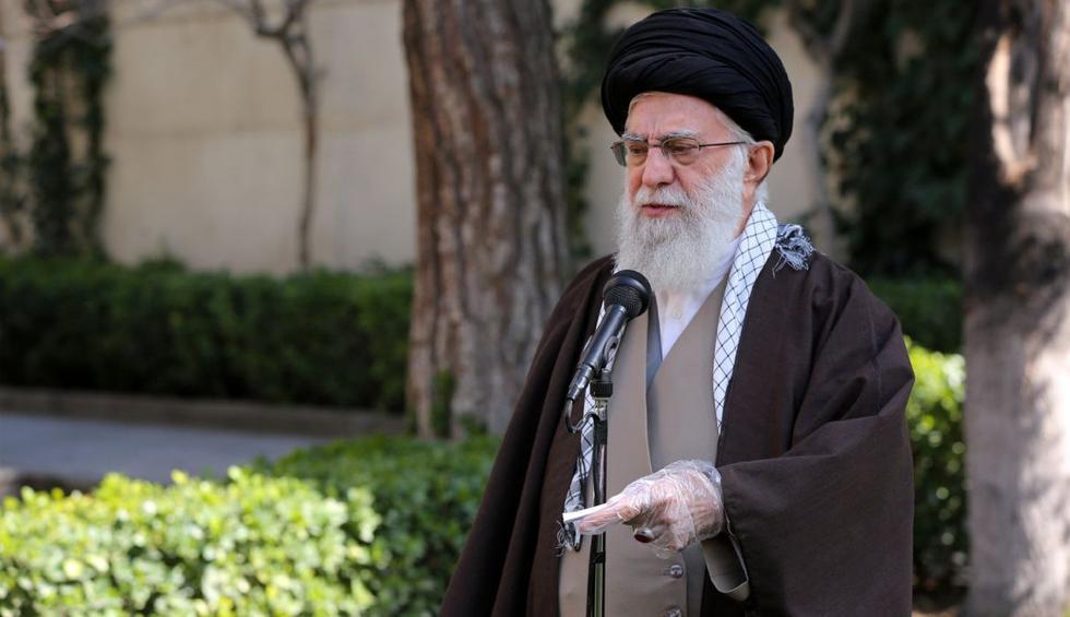 El líder supremo de Irán, Ali Jamenei, apareció públicamente este martes con las manos protegidas en medio de la creciente preocupación en el país por el nuevo coronavirus. (AFP).