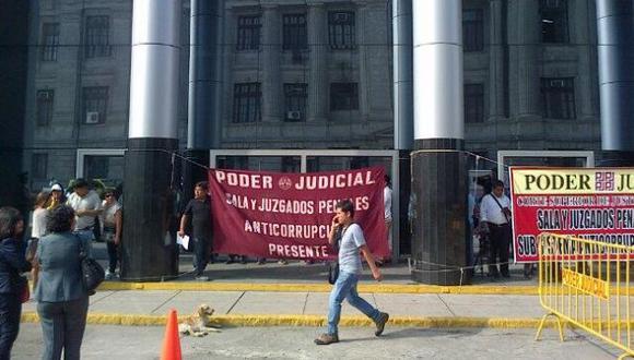 Trabajadores en huelga impidieron inicio de juicio oral por caso 'petroaudios'. (@gerardoreinaP)