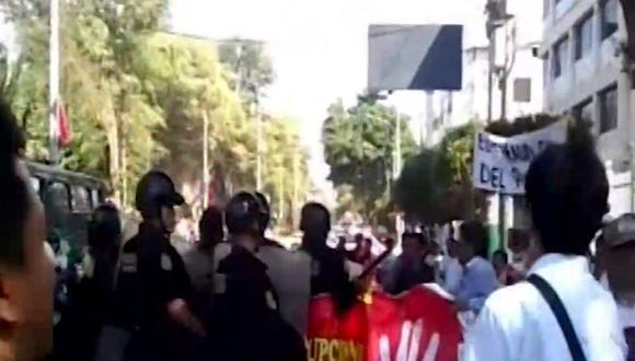 Los policías usaron bombas lacrimógenas para dispersar a los manifestantes. (Foto: Captura/Canal N)