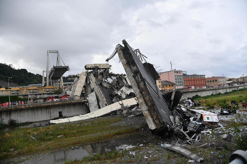 Colapso de puente vehicular dejó 31 muertos, cinco de ellos no identificados, y 16 heridos, 12 de gravedad. (EFE)