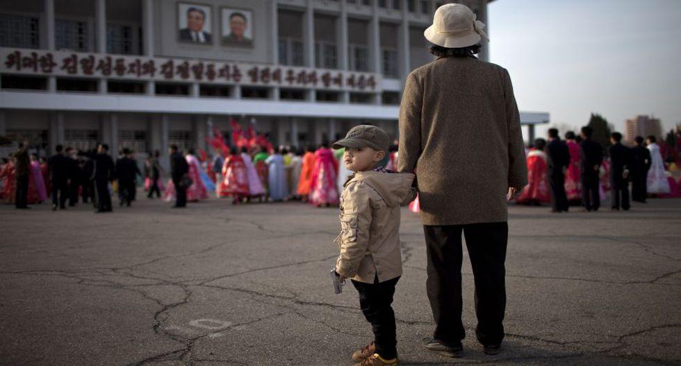 Los norcoreanos observan así el primero de tres días de festividades. (AP)