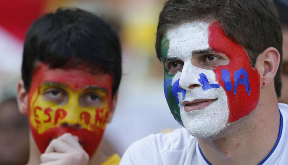 Los hinchas italianos y españoles jugaron su propio partido. (AP)