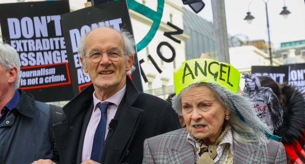 La diseñadora de modas Vivienne Westwood y el padre de Assange John Shipton se unen para participar en una manifestación de protesta 'No extradite a Julian Assange', marchando desde Australia House a Parliament Square en Londres. (EFE).