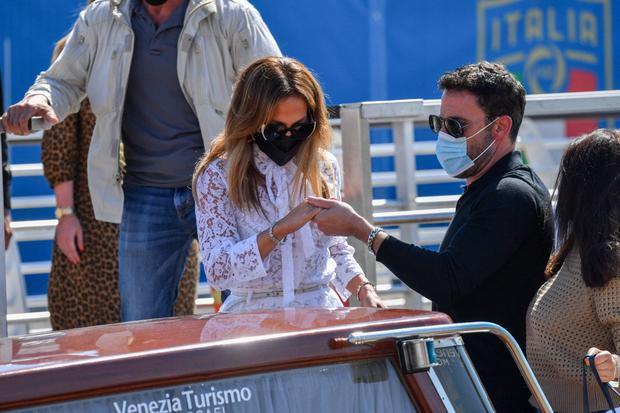 Ben Affleck se mostró muy atento con Jennifer Lopez mientras abordaban un taxi acuático en Venecia. (Foto: Filippo Monteforte / AFP)