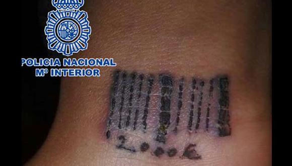Como se lee en el tatuaje, la joven rescatada debía 2,000 euros a proxenetas. (Policía de España)