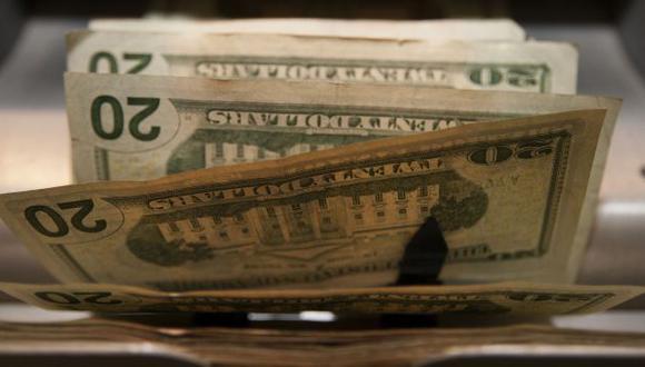 Dólar gana terreno frente a la moneda local ante desaceleración de la economía nacional y la mejora de EE.UU. (Bloomberg)