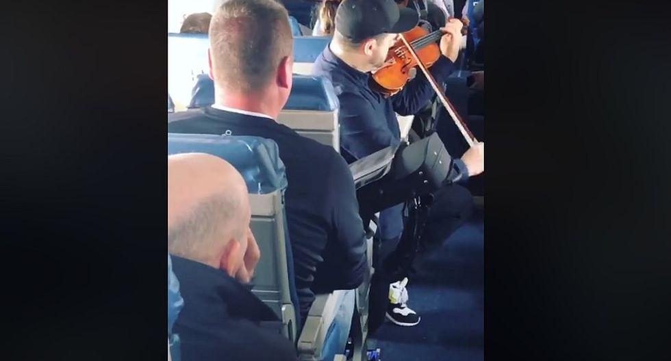 De esta manera, los pasajeros accedieron a acomodar sus cosas y él pudo guardar su violín. (Foto: captura Facebook)