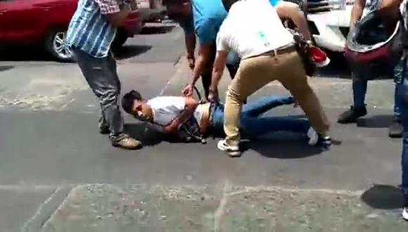 Momento en que presunto extorsionador fue capturado por la Policía.