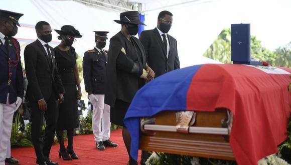 La exprimera dama de Haití, Martine Moise, junto al ataúd de su esposo asesinado, el ex presidente Jovenel Moise, acompañada de sus hijos en Cap-Haitien, Haití. (AP / Matias Delacroix).